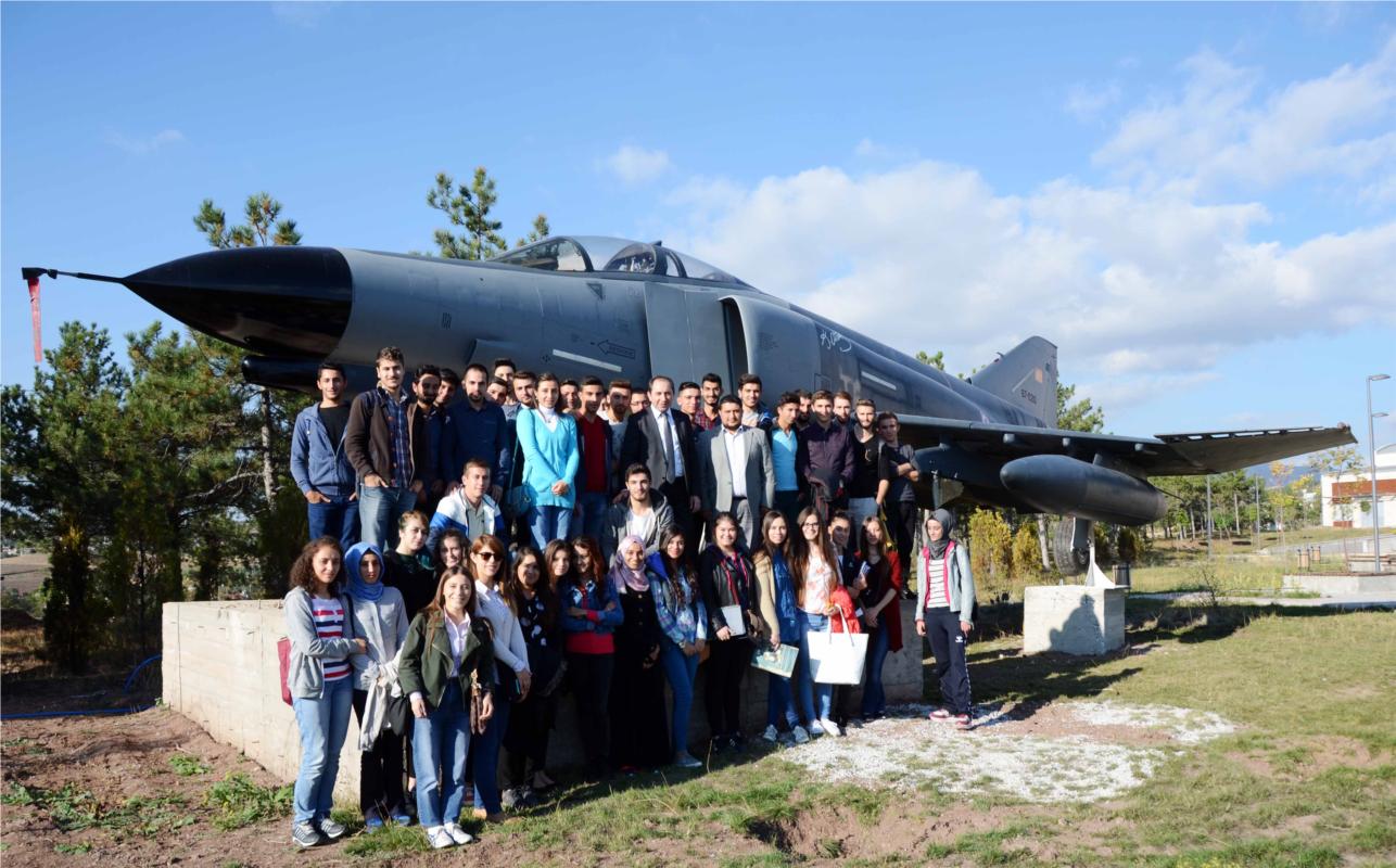 Rektörümüz Havacılıkta Yer Hizmetleri Programı Öğrencileri ile F-4 Fantom Uçağını İnceledi