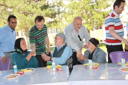 Üniversitemiz Rektörü Prof. Dr. Reha Metin ALKAN, Atıl ÜZELGÜN Huzurevi'ni Ziyaret Etti