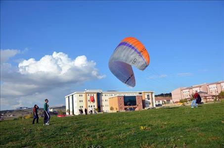 Üniversitemiz Havacılık ve Model Uçak Kulübü'nün Yamaç Paraşütü Eğitimlerine Başlandı